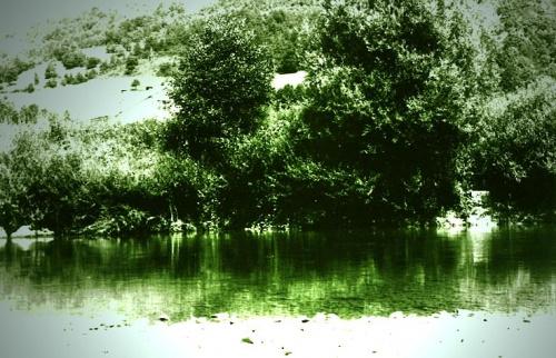 Rzeka Sana (Bosnja), pokolorowane czarno-białe zdjęcie...