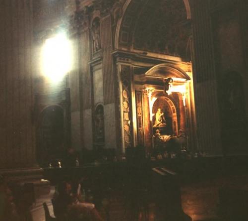 W Bazylice Sw. Piotra, Rzym #Bazylika #wnętrze #ciemne #kościół