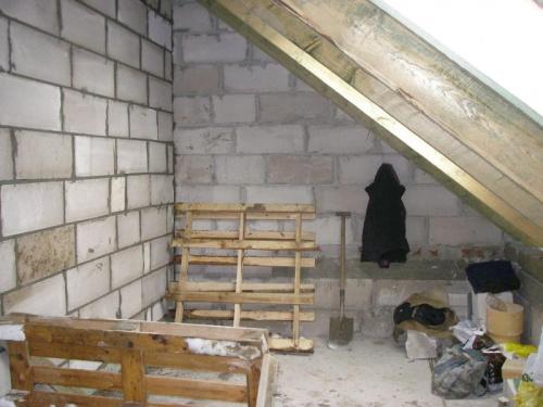 Pomniejszony pokoik, kosztem przejścia do pomieszczenia nad garażem. (Pokoik syna)