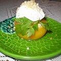 Brzoskwinia faszerowana białym serem z orzechami.Przepisy: www.foody.pl , WWW.kuron.pl i http://kulinaria.uwrocie.info/ #przystawki #owoce #jedzenie #kulinaria #brzoskwinia #BiałySer #orzechy