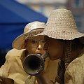 na złoto #kapelusz #trąbka #dąć #dmać #oczy #wyraz #twarz #twarze #złoto #złote #brąż #miny #aktor #aktorki #dziewczyny #zdziwienie #grać