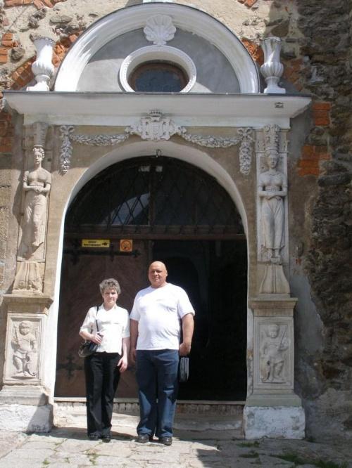 a tu moi kochani rodzice przed bramą wejściową