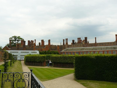 Widok na ogrody z Domku Bankietowego - pod szklem w głebi najstarsza owocujaca winorośl świata (posadzona w 1768r) #Hampton #Londyn #Tudor