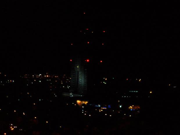 widok na wieżowiec i kino