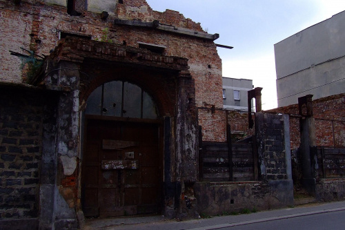 też Bytom - jakieś 300m od rynku. Szkoda tych budynków - za czasów świetności tego miasta było na co popatrzeć... teraz wszystko to wielka, obstrupiała ruina... #ruina #bytom